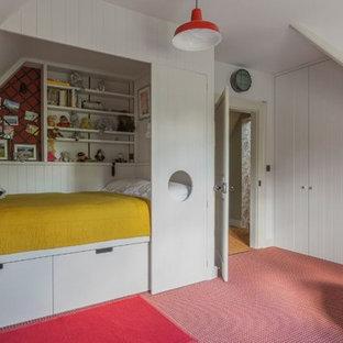 Imagen de dormitorio principal, contemporáneo, de tamaño medio, con paredes blancas, moqueta y suelo rojo