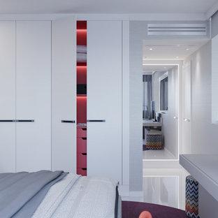 Idee per una camera degli ospiti minimal di medie dimensioni con pareti grigie, pavimento in gres porcellanato, pavimento bianco e carta da parati