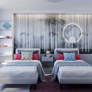 Esempio di una camera degli ospiti eclettica di medie dimensioni con pareti grigie, pavimento in gres porcellanato, pavimento bianco e carta da parati
