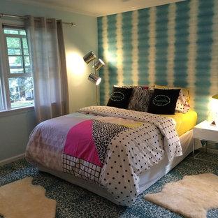 Mittelgroßes Eklektisches Gästezimmer ohne Kamin mit blauer Wandfarbe, Teppichboden und blauem Boden in New York