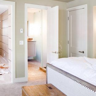 Ispirazione per una camera da letto contemporanea con pareti verdi