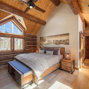 Idéer för att renovera ett rustikt huvudsovrum, med vita väggar, mellanmörkt trägolv och brunt golv