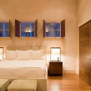 Modelo de dormitorio principal, escandinavo, pequeño, sin chimenea, con paredes blancas y suelo de bambú