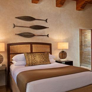Стильный дизайн: гостевая спальня в стиле фьюжн с бежевыми стенами и полом из известняка без камина - последний тренд