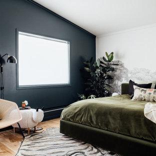 ソルトレイクシティの中サイズのコンテンポラリースタイルのおしゃれな主寝室 (無垢フローリング、黒い壁、茶色い床)