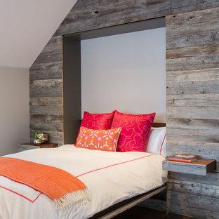 Idéer för att renovera ett rustikt sovrum, med bruna väggar och mellanmörkt trägolv