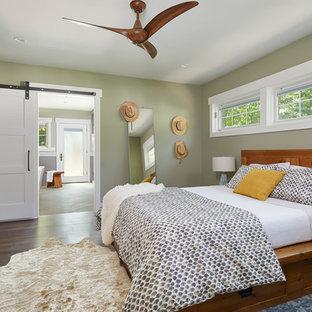 Ejemplo de dormitorio principal, de estilo de casa de campo, pequeño, con suelo de madera oscura, paredes verdes y suelo marrón