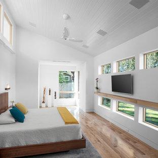 Exemple d'une chambre parentale rétro avec un mur blanc, un sol en bois brun et un sol beige.
