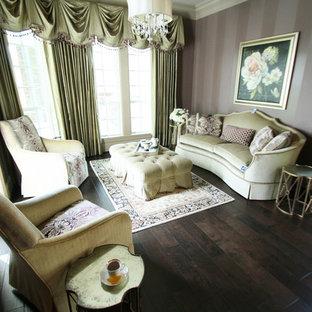 Diseño de dormitorio principal, clásico, grande, con paredes púrpuras, suelo de madera oscura y suelo marrón
