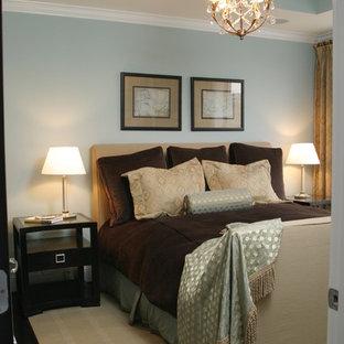 Modelo de dormitorio tipo loft, tradicional, pequeño, con paredes azules, suelo de madera oscura y suelo negro