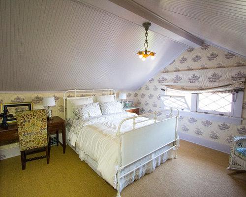 Chambre d 39 amis victorienne avec un mur violet photos et for Decoration chambre victorienne