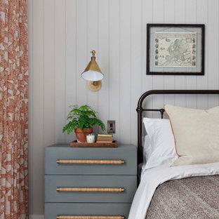 Idéer för mellanstora vintage huvudsovrum, med grå väggar, mellanmörkt trägolv och brunt golv