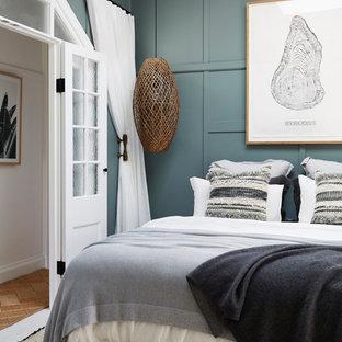 シドニーの中くらいのトロピカルスタイルのおしゃれな主寝室 (塗装フローリング、白い床、青い壁) のレイアウト
