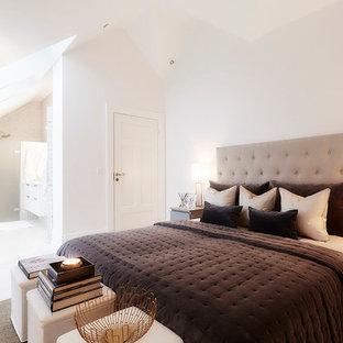 Diseño de dormitorio principal, clásico, grande, con paredes blancas y suelo de travertino