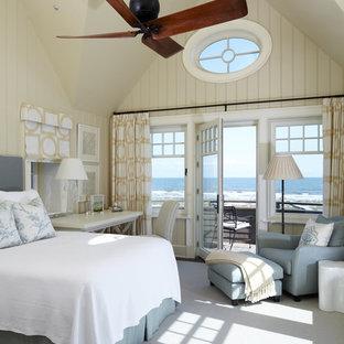 Modelo de dormitorio costero con paredes beige y moqueta
