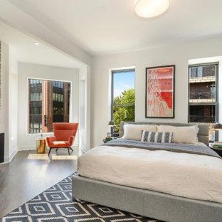 シカゴの広いコンテンポラリースタイルのおしゃれな主寝室 (白い壁、レンガの暖炉まわり、濃色無垢フローリング、横長型暖炉、茶色い床)
