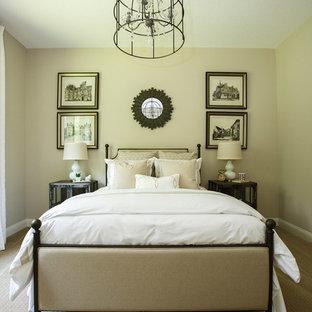 Exemple d'une chambre chic de taille moyenne avec un mur beige, aucune cheminée et un sol beige.