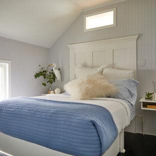 Diseño de habitación de invitados costera, pequeña, con paredes grises, suelo de madera pintada y suelo negro