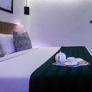 Стильный дизайн: спальня среднего размера в современном стиле с белыми стенами, ковровым покрытием и серым полом - последний тренд