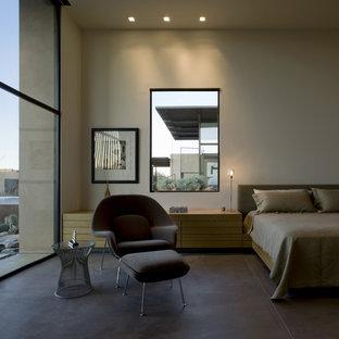 Foto di una camera da letto stile americano con pareti beige e pavimento marrone