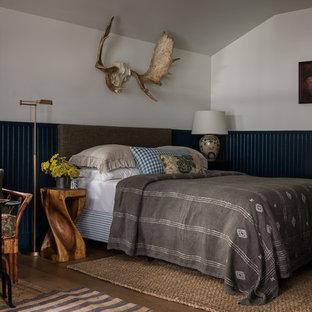 Exempel på ett rustikt sovrum, med flerfärgade väggar, mellanmörkt trägolv och brunt golv