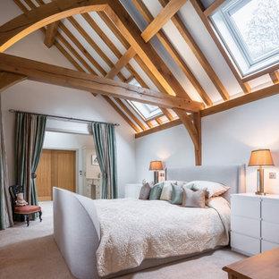 Inspiration för lantliga sovrum, med vita väggar, heltäckningsmatta och beiget golv