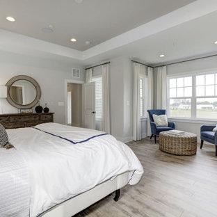 Ispirazione per una grande camera matrimoniale chic con pareti bianche, soffitto ribassato, pareti in perlinato, pavimento in laminato, nessun camino e pavimento grigio