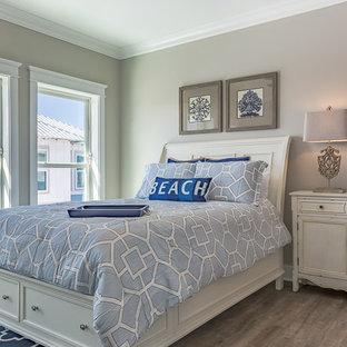 Esempio di una piccola camera degli ospiti stile marinaro con pareti grigie, pavimento in vinile e nessun camino