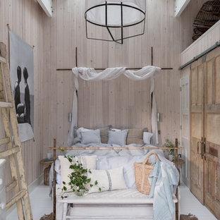Bild på ett litet tropiskt gästrum, med beige väggar, vitt golv och målat trägolv