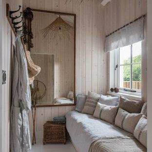 コーンウォールの小さいトロピカルスタイルのおしゃれな客用寝室 (ベージュの壁、グレーの床)
