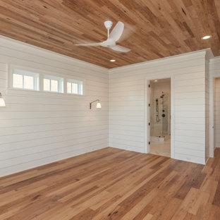 Inspiration pour une grand chambre parentale marine avec un mur blanc, un sol en bois clair, un plafond en bois et du lambris de bois.