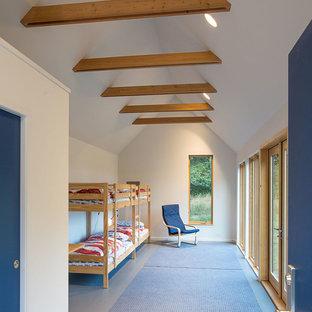 Foto de habitación de invitados rural, pequeña, con paredes blancas