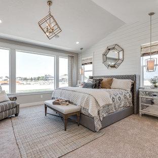 Esempio di una grande camera matrimoniale stile americano con pareti beige e moquette