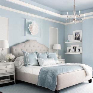 ヒューストンの広いトランジショナルスタイルのおしゃれな主寝室 (青い壁、濃色無垢フローリング、暖炉なし、茶色い床) のインテリア
