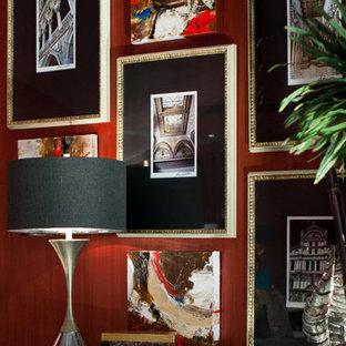 Свежая идея для дизайна: хозяйская спальня среднего размера в современном стиле с красными стенами, мраморным полом и черным полом - отличное фото интерьера