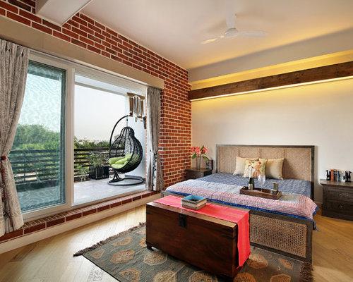 Asiatisches Hauptschlafzimmer Mit Weißer Wandfarbe Und Hellem Holzboden In  Ahmedabad