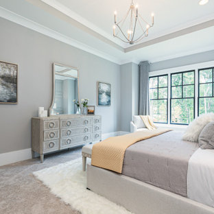 Ejemplo de dormitorio principal y madera, de estilo americano, de tamaño medio, madera, con paredes grises, moqueta, suelo multicolor y madera