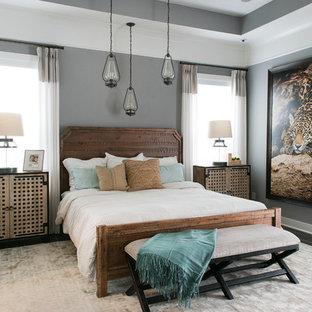 Diseño de dormitorio principal, tropical, de tamaño medio, sin chimenea, con paredes grises y suelo de baldosas de cerámica