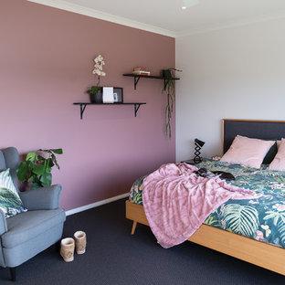 Стильный дизайн: большая хозяйская спальня в стиле рустика с розовыми стенами, ковровым покрытием и серым полом - последний тренд