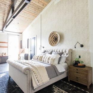 Idee per una camera matrimoniale country con pareti beige e pavimento nero