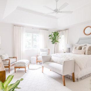 Imagen de dormitorio principal, costero, grande, con paredes blancas, moqueta y suelo blanco