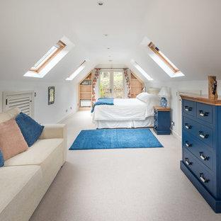 Modelo de dormitorio principal, contemporáneo, sin chimenea, con paredes blancas y moqueta