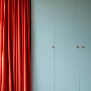 Foto de dormitorio principal, actual, con paredes azules, moqueta y suelo gris