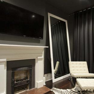 ニューオリンズの広いコンテンポラリースタイルのおしゃれな主寝室 (標準型暖炉、グレーの壁、濃色無垢フローリング、茶色い床、漆喰の暖炉まわり) のレイアウト