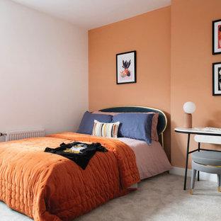 Неиссякаемый источник вдохновения для домашнего уюта: спальня в современном стиле с оранжевыми стенами, ковровым покрытием и серым полом без камина