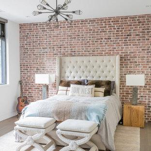 Imagen de habitación de invitados urbana, grande, con paredes blancas y suelo de madera clara