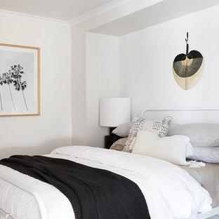 Inspiration pour une chambre marine avec un mur blanc et aucune cheminée.