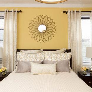Imagen de dormitorio principal, clásico renovado, grande, sin chimenea, con paredes amarillas y suelo de madera clara