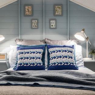 Foto de habitación de invitados escandinava, pequeña, con paredes azules, suelo laminado, estufa de leña y suelo gris