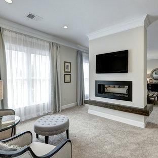 Свежая идея для дизайна: большая хозяйская спальня в стиле современная классика с ковровым покрытием, двусторонним камином, бежевыми стенами, фасадом камина из штукатурки и бежевым полом - отличное фото интерьера